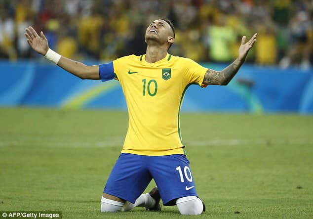 Tiền đạo Neymar tôn cao danh Chúa
