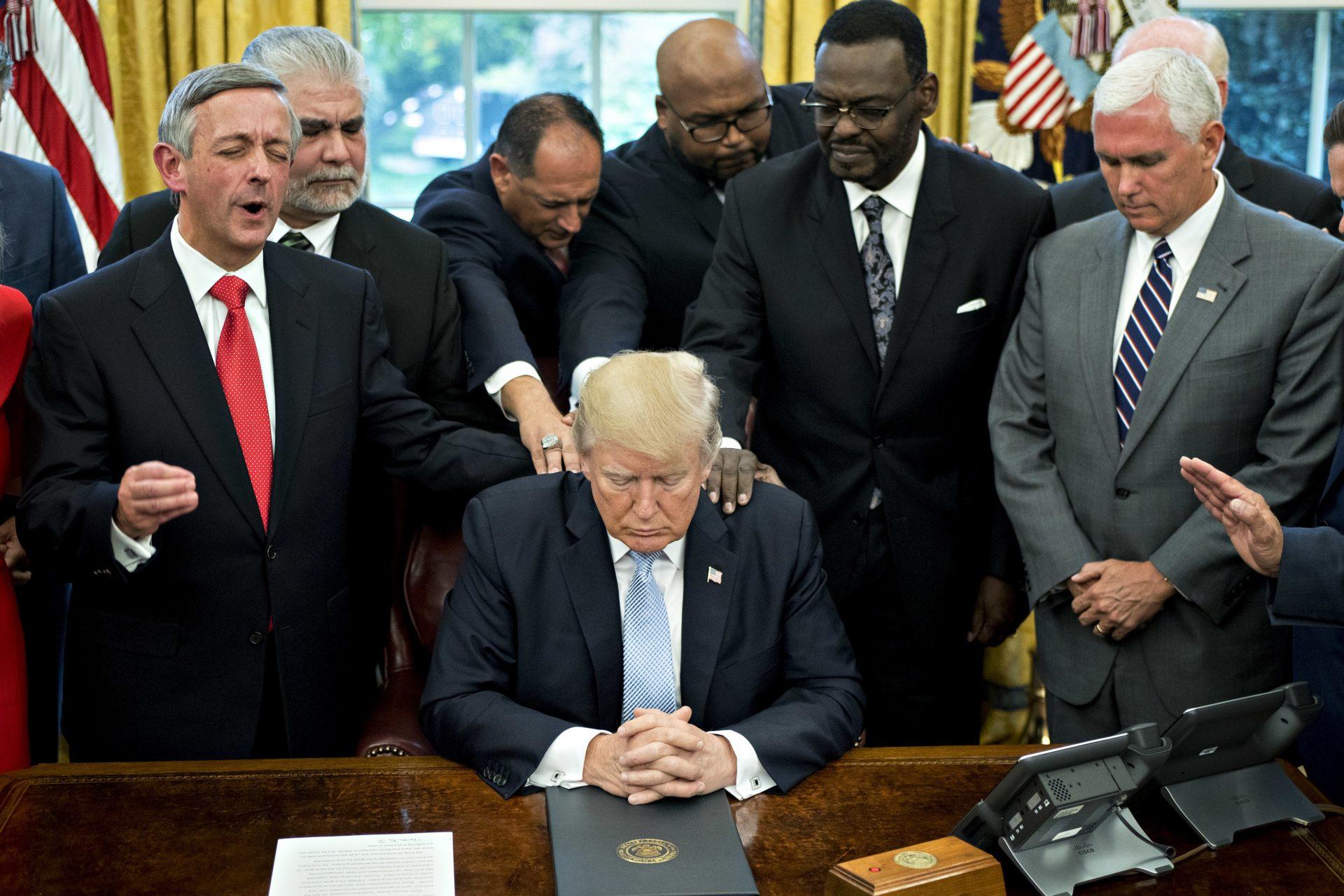 50 người Cầu nguyện cho ô Trump
